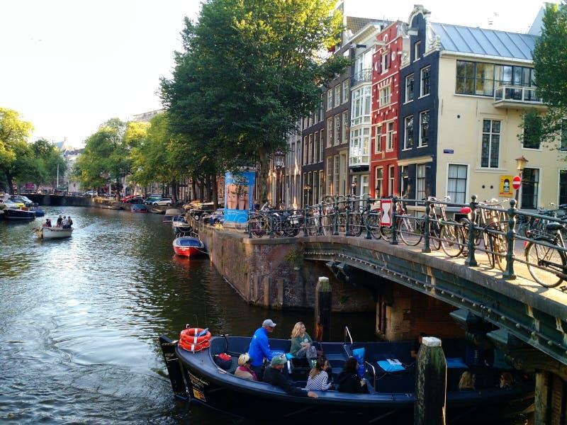 Barca che va sotto il ponte, Amsterdam fotografie stock