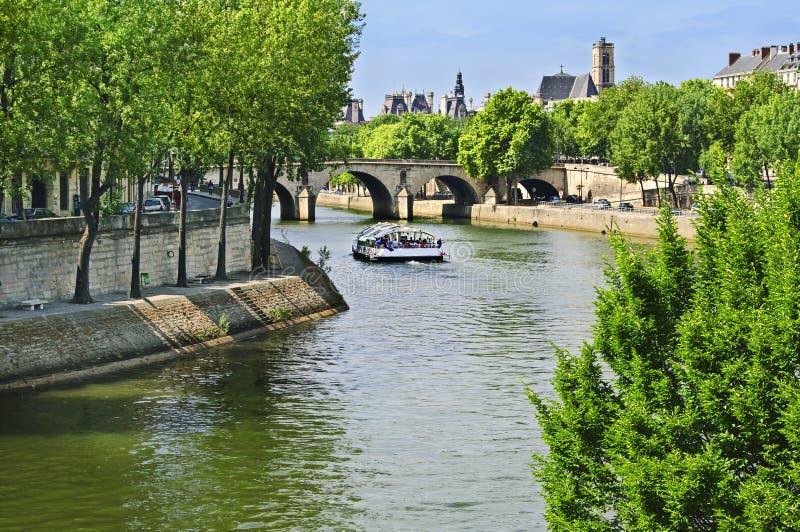 Barca che viaggia lungo il fiume Seine, Parigi immagini stock