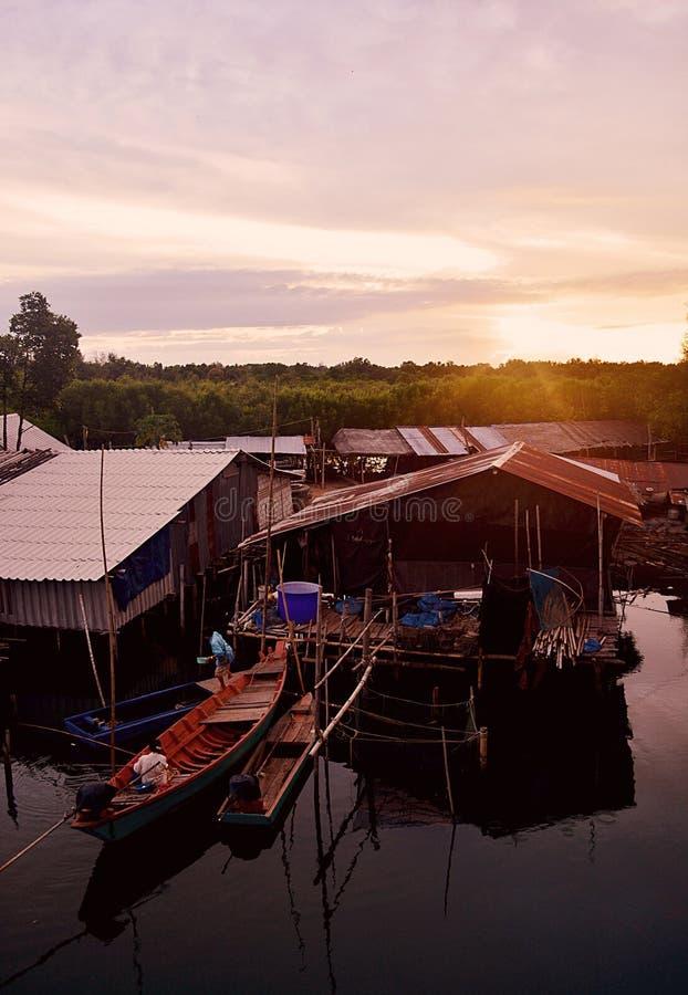 Barca a coda lunga del fiume della comunità di stile di vita fotografie stock libere da diritti