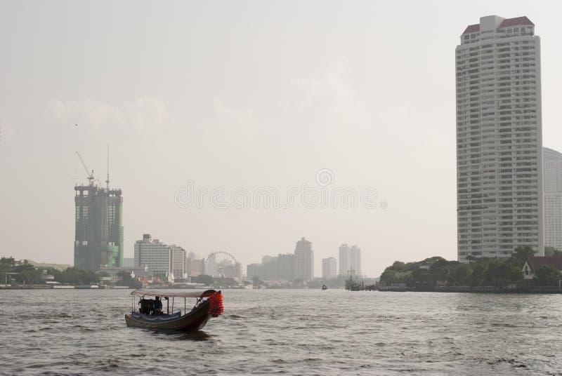 Barca a coda lunga su Chao Phraya River, Bangkok, Tailandia fotografia stock libera da diritti