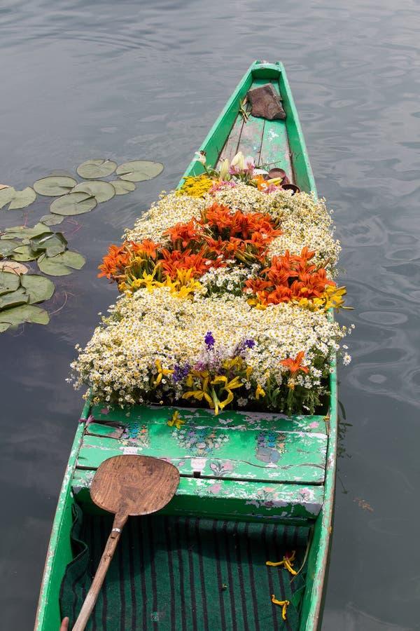 Barca con i fiori sul lago fotografie stock