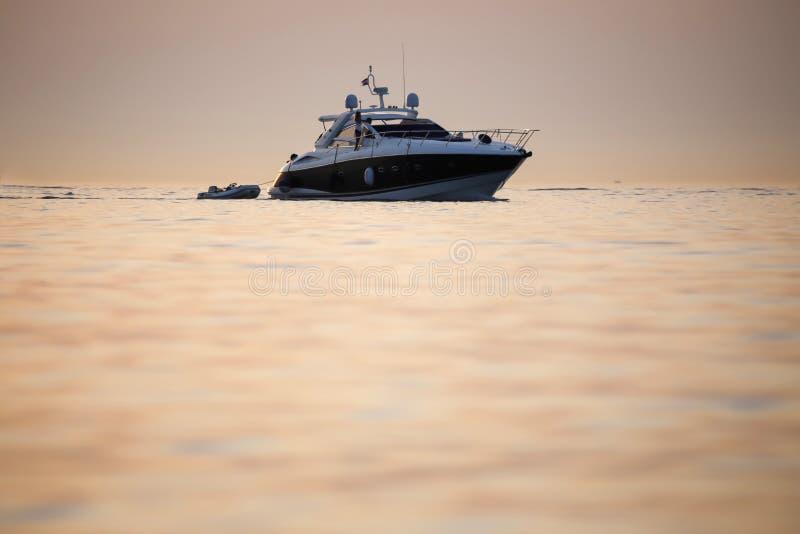 Barca con il battello pneumatico fotografie stock