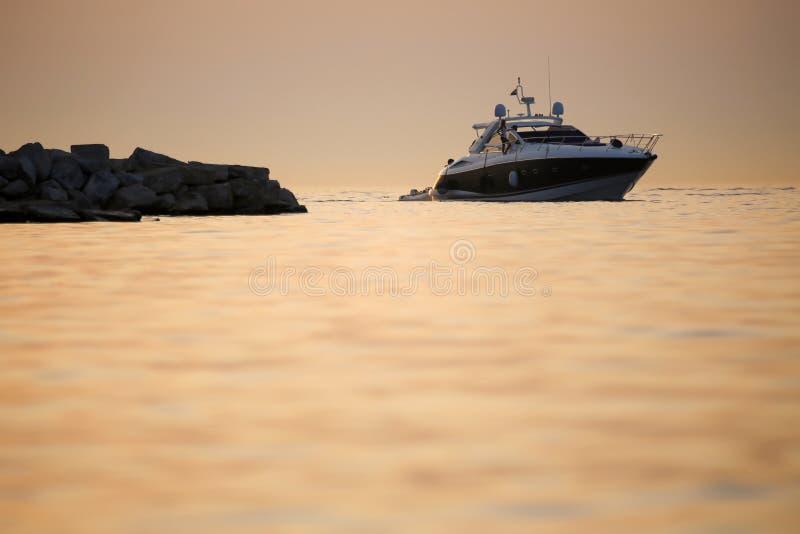 Barca con il battello pneumatico in mare adriatico fotografia stock libera da diritti