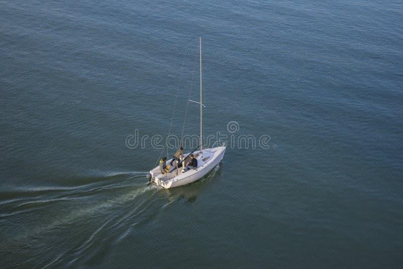 Barca con tre tipi che navigano sul fiume Sava immagini stock