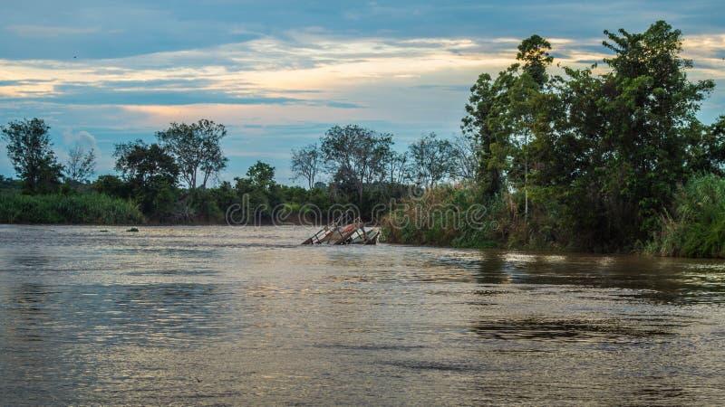 Barca d'affondamento sulla curva del fiume di Mahakam, Borneo, Indonesia immagini stock libere da diritti