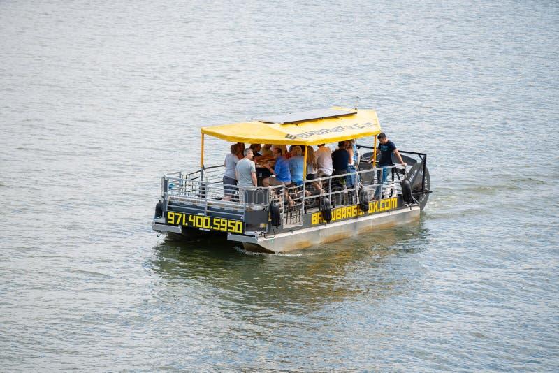 Barca da cerveja no rio foto de stock