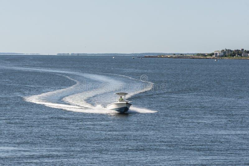 Barca da console centrale in uscita dalla baia di Buzzards fotografia stock