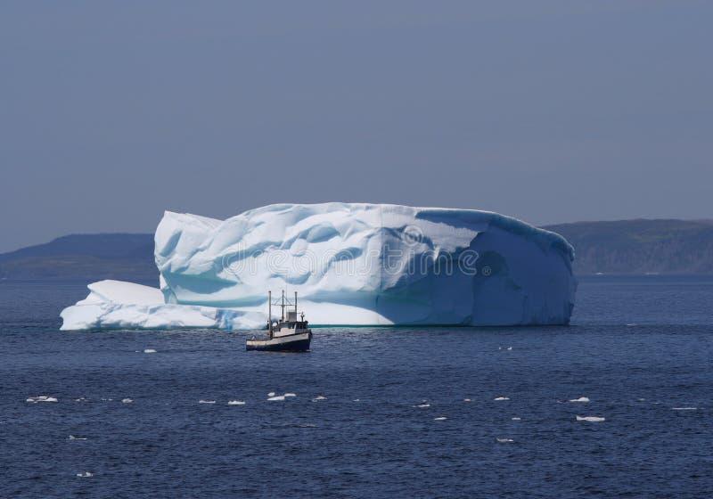 Barca da Iceberg con il fronte felice immagini stock libere da diritti
