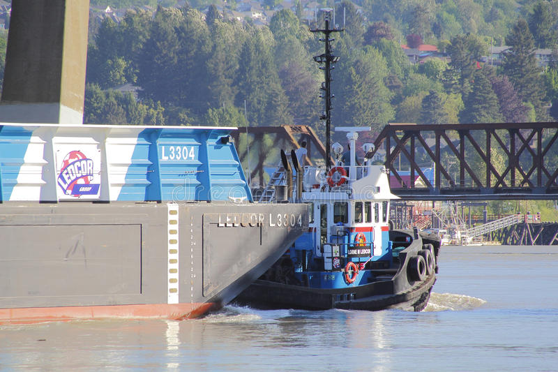 Barca de Tug Boat Transports Large River imagens de stock royalty free