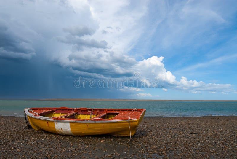 Barca dei pescatori nel litorale di Patagonia fotografia stock
