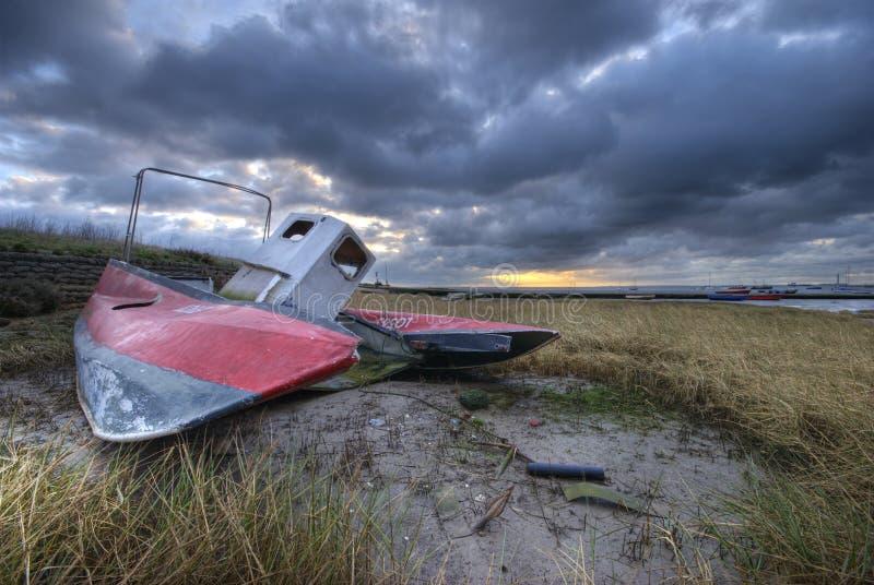 Barca del naufragio e di alba immagini stock