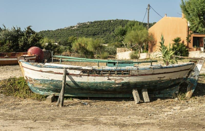 Barca del paesaggio di estate vecchia sulla terra immagine stock libera da diritti