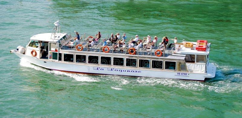 Barca del pendolare di Venezia Italia Vaporetti del taxi dell'acqua fotografia stock