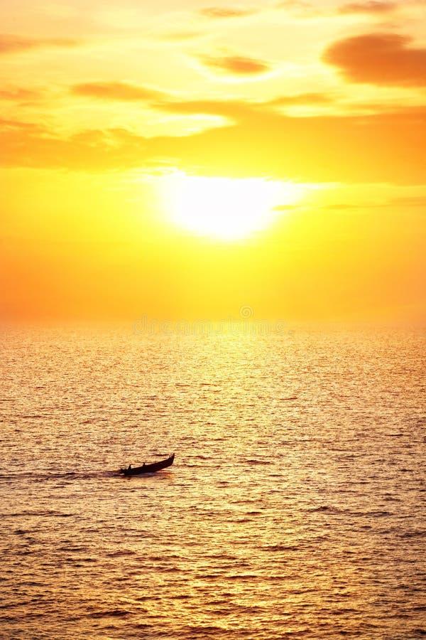 Barca del pescatore al tramonto fotografie stock libere da diritti