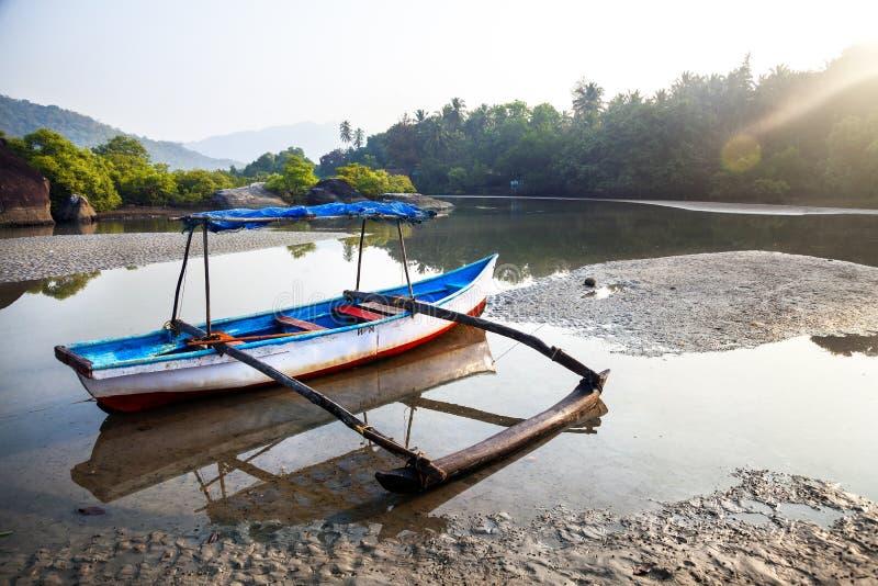 Barca del pescatore alla spiaggia di Goa fotografia stock libera da diritti