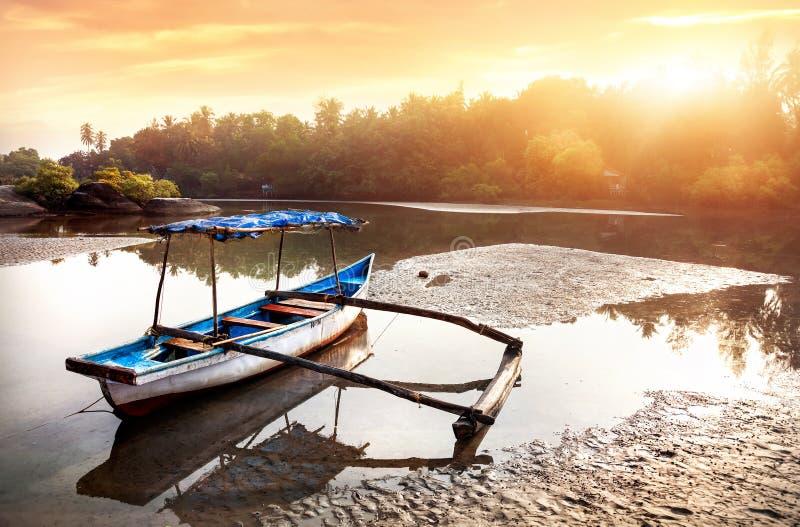 Barca del pescatore alla spiaggia di Goa fotografia stock