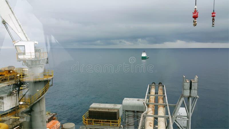 Barca del rifornimento che viene all'impianto offshore fotografie stock libere da diritti