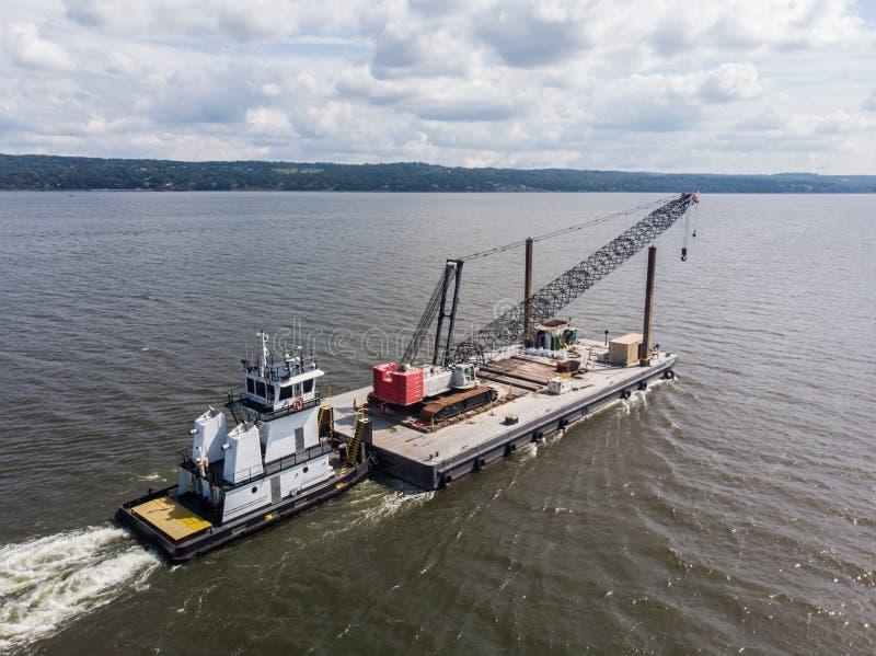 Barca del rimorchiatore che spinge il carico sul fiume fotografia stock