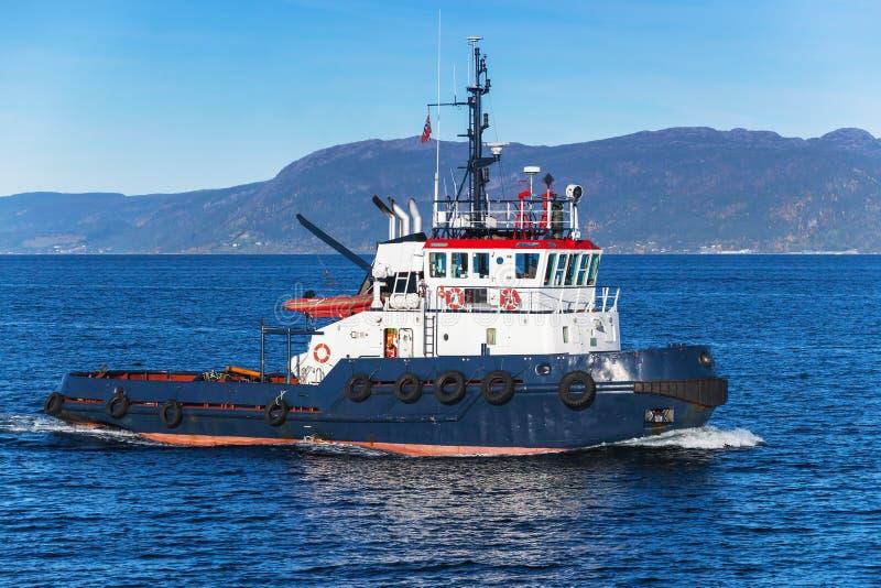 Barca del rimorchiatore in corso immagini stock