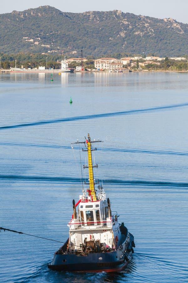 Barca del rimorchiatore in corso tirando la corda fotografia stock