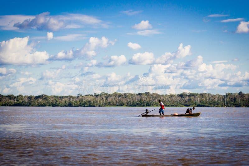 Barca del Rio delle Amazzoni con cielo blu e le nuvole fotografia stock