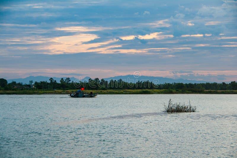 Barca del transbordador de pasajero en Thu Bon River cerca de Hoi An, Vietnam, Indochina, Asia imágenes de archivo libres de regalías