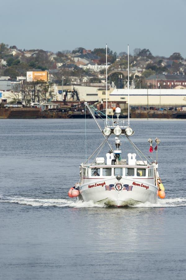 Barca dell'aragosta abbastanza mai sul fiume di Acushnet fotografia stock libera da diritti