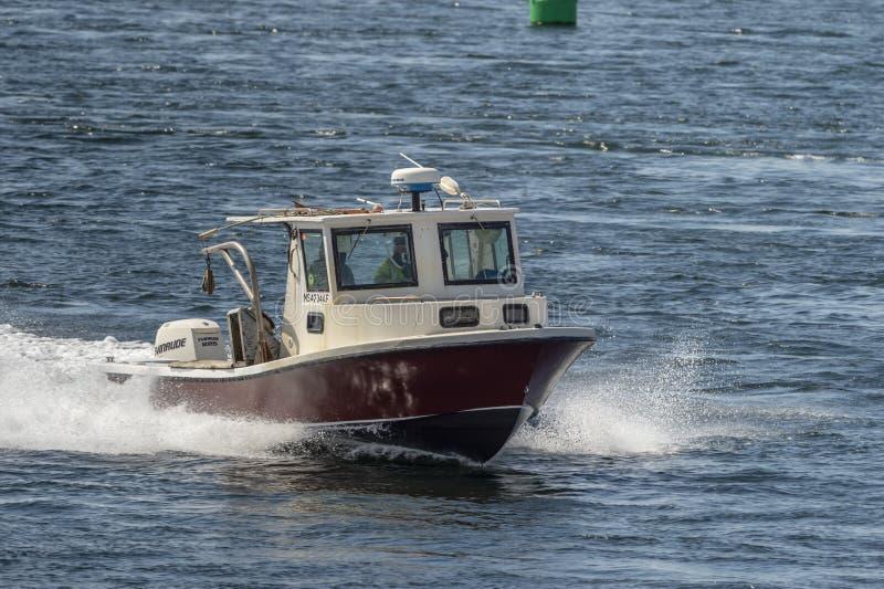 Barca dell'aragosta che gira di nuovo al porto fotografia stock libera da diritti