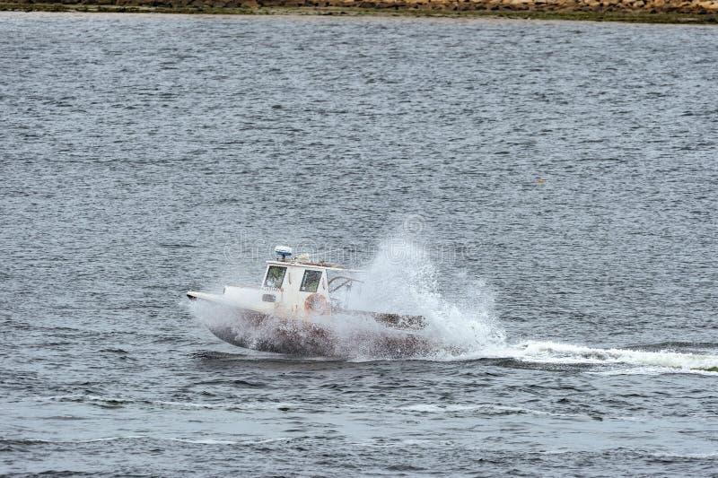 Barca dell'aragosta che ottiene una certa aria in acqua increspata fotografia stock libera da diritti