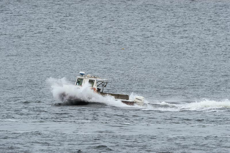 Barca dell'aragosta che scava nel risveglio imminente fotografia stock libera da diritti