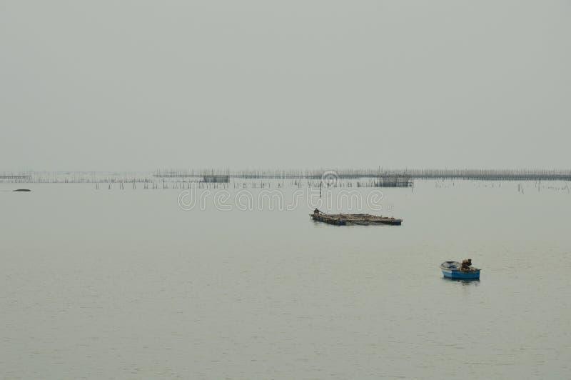 Barca dell'industria della pesca che galleggia sul mare smussato fotografie stock libere da diritti