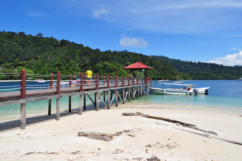 Barca dell'isola e molo tropicali Kota Kinabalu fotografia stock