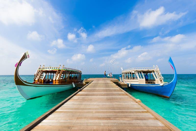 Barca delle Maldive di dhoni nel fondo blu dell'oceano La barca di legno tradizionale delle Maldive ha chiamato Dhoni Mare tropic fotografia stock libera da diritti