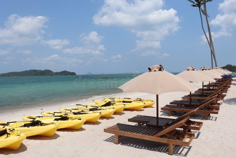 Barca di banana in spiaggia dell'Indonesia immagini stock libere da diritti