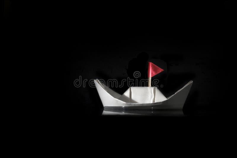 Barca di carta con la bandiera rossa fotografie stock libere da diritti