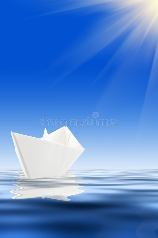 Barca di carta ed acqua blu fotografie stock libere da diritti