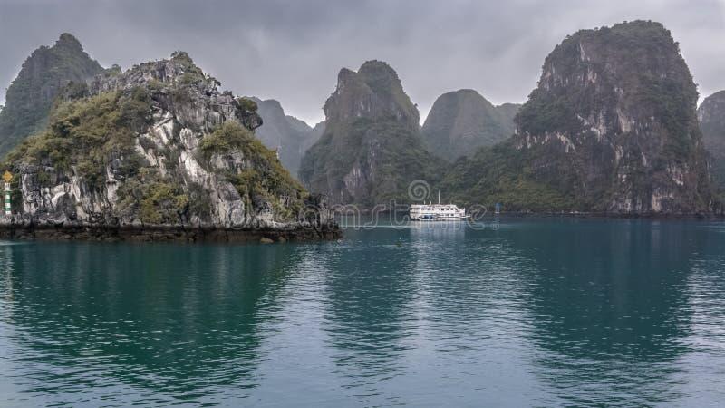 Barca di crociera nella baia di lunghezza Vietnam dell'ha immagini stock libere da diritti