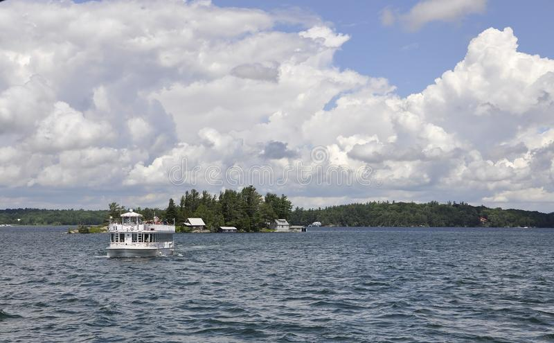 Barca di crociera su mille arcipelaghi delle isole dalla provincia di Ontario nel Canada fotografia stock