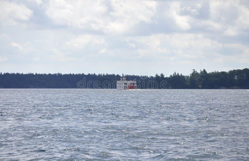 Barca di crociera su mille arcipelaghi delle isole dalla provincia di Ontario nel Canada immagine stock libera da diritti