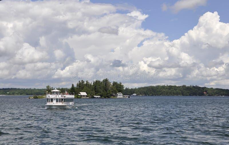 Barca di crociera su mille arcipelaghi delle isole dalla provincia di Ontario nel Canada immagine stock