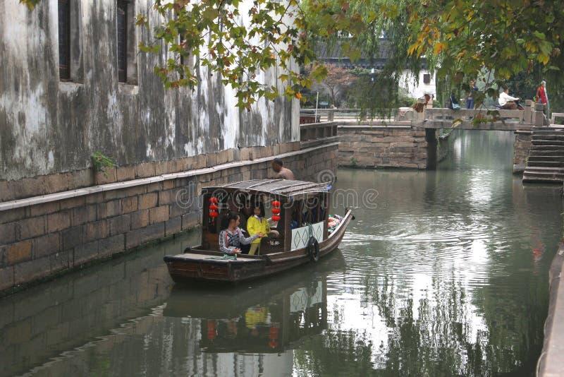 Barca di crociera in un canale nella città antica Suzhou, Cina dell'acqua immagini stock libere da diritti