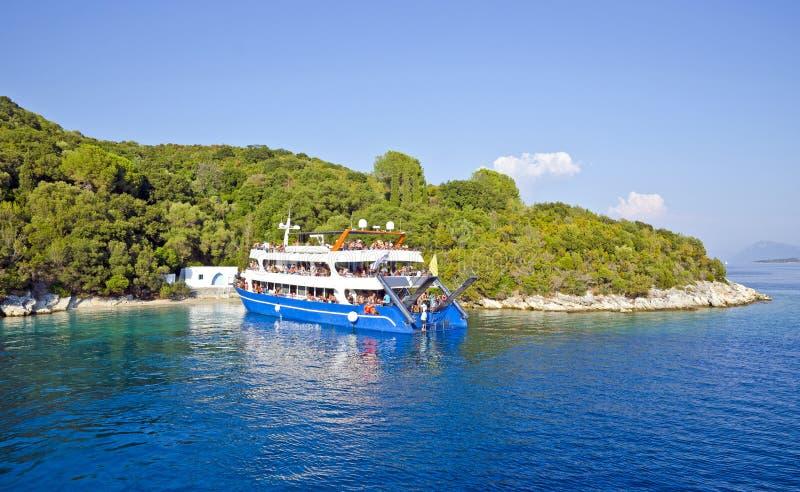 Barca di crociera vicino all'isola di Skorpios, Grecia fotografie stock
