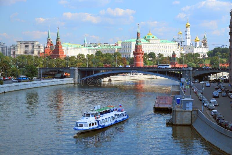 Barca di escursione sui precedenti dell'architettura del Cremlino di Mosca fotografia stock libera da diritti