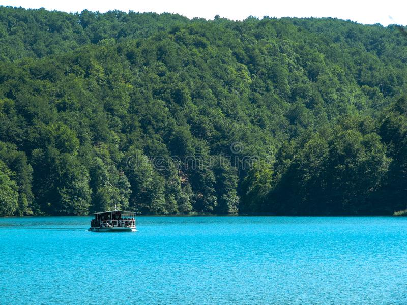 Barca di fiume nei laghi parco nazionale, Croazia Plitvice immagine stock