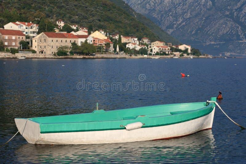 Barca di Greenfishing vicino al villaggio Stoliv nel Montenegro fotografie stock