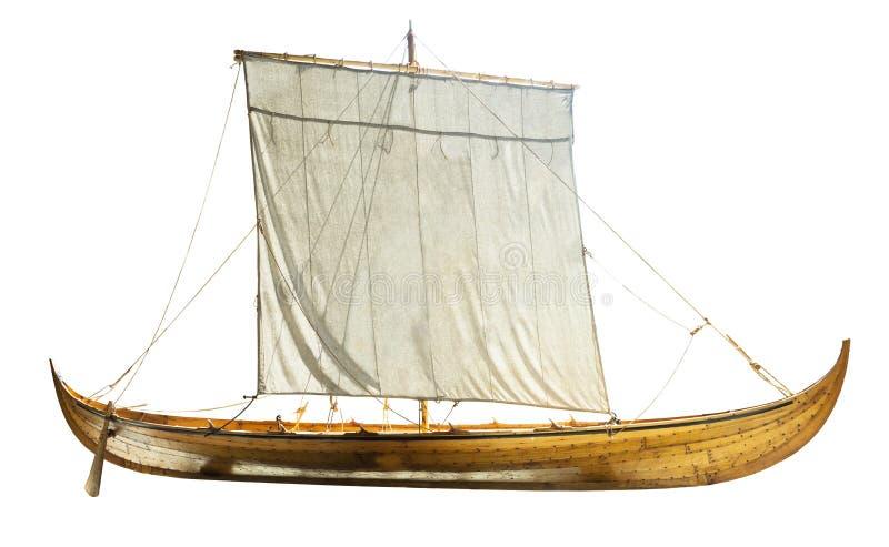Barca di legno con le vele spiegate immagine stock libera da diritti