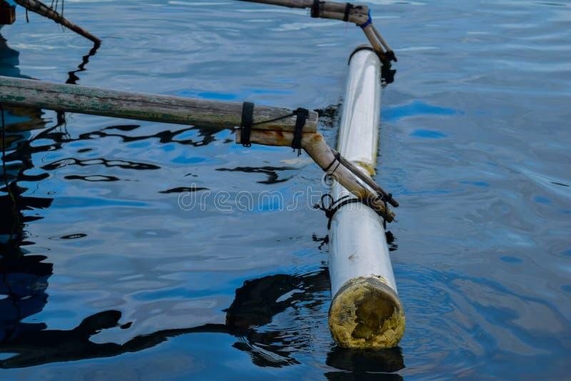 Barca di legno da pesca tradizionale vicino all'isola del pahawang Bandar Lampung l'indonesia Concetto di viaggio fotografia stock libera da diritti