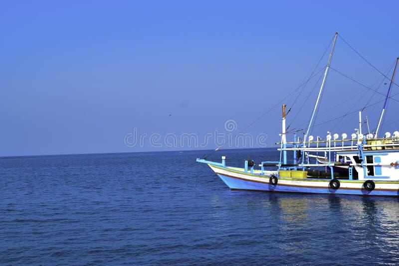 Barca di legno di navigazione tradizionale sul parcheggio dell'acqua al porto nella vacanza estiva in Lampung, Indonesia fotografia stock libera da diritti
