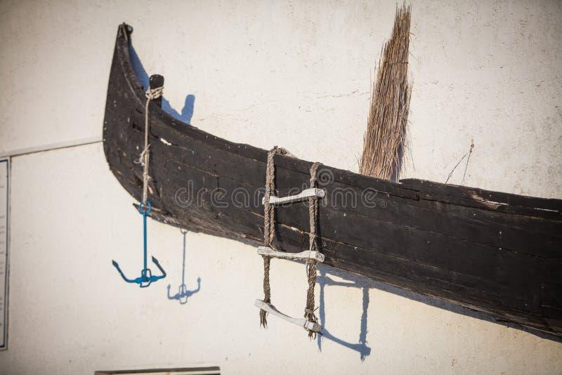 Barca di legno su una parete fotografia stock