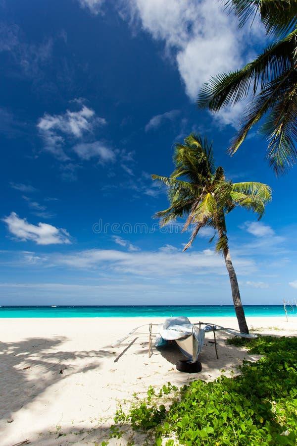 Barca di legno sulla spiaggia con la sabbia bianca, Filippine fotografie stock libere da diritti